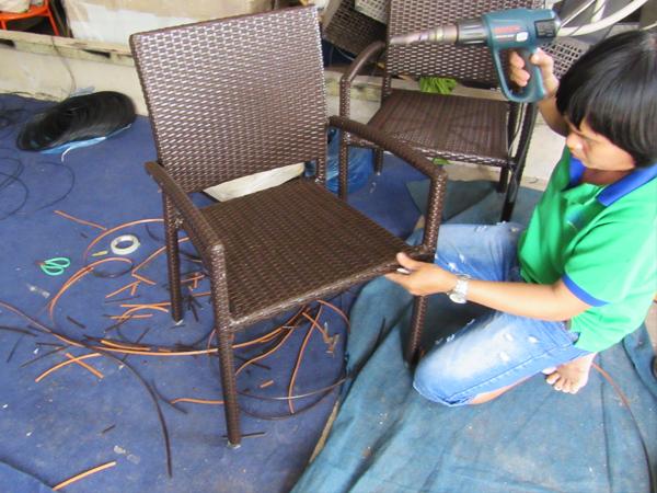 Đan mẫu ghế cafe nhựa giả mây MT236 tại xưởng đan mẫu Minh Thy Furniture