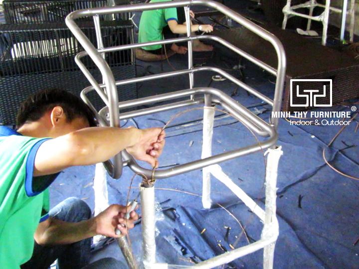 Khám phá cách đan ghế quầy bar mây nhựa tại xưởng sản xuất của Minh Thy Furniture