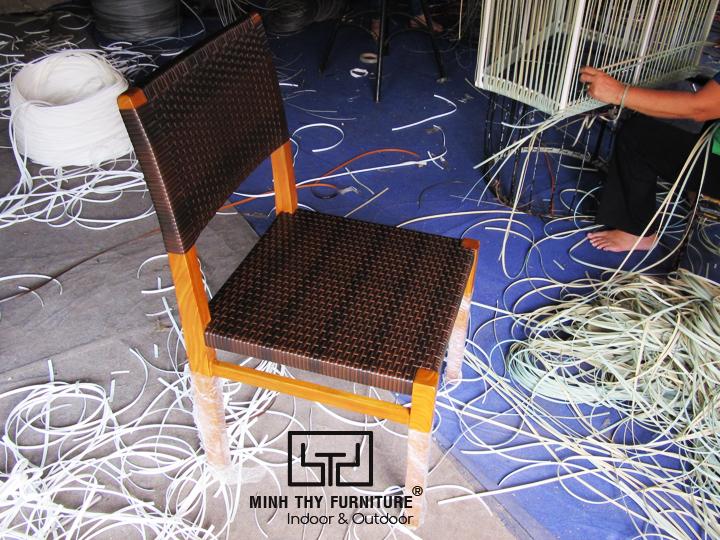 Khi sản phẩm bàn ghế gỗ kết hợp với vật liệu nhựa giả mây
