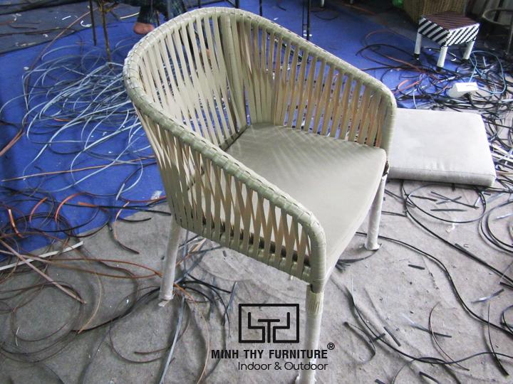Tham khảocách nghệ nhânđan ghế cafe giả mây sân vườn tại xưởng Minh Thy Furniture